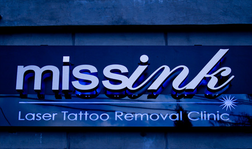 Miss Ink letrero clinica azul